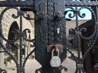 850 Yıllık  Caminin Kapısına Kilit Vuruldu