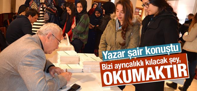 Şair, Yazar Ali Ural kitaplarını öğrenciler için imzaladı