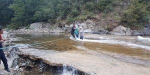 Barajın kapakları açıldı, 17 kişi tabiat parkında mahsur kaldı