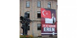 Giresun Belediyesi şehrin her yerini ' İyi ki varsın Eren' afişi ile süsledi.