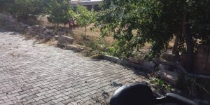 Sağanak yağış Mucur'da bahçe duvarını yıktı