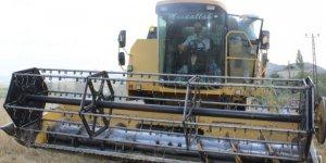 Vali Aktaş hububat hasadı yapan çiftçileri ziyaret etti