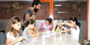 Tuncay Kes, Beyaz Kule öğrencilerine ahşap tasarım dersi veriyor