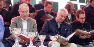 Maç arasında saha ve tribünlerde kitap okudular