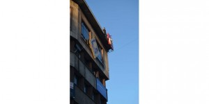 İntihar etmek için çatıya çıkan genci vatandaşlar kurtardı