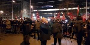 Kars'ın soğuğu vatandaşa durakta ateş yaktırdı