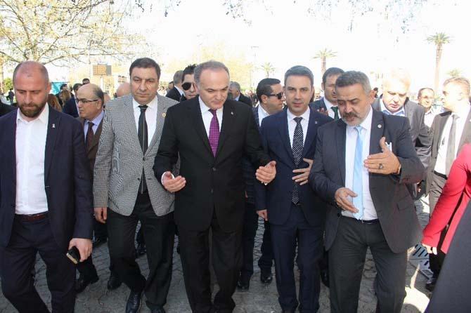 Bakan Özlü 'İzmir gevreği' yedi