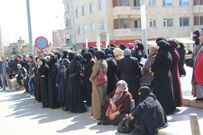 Suriyeliler 100 TL'lik bankamatik kartı için banka önünde uzun kuyruklar oluşturdu