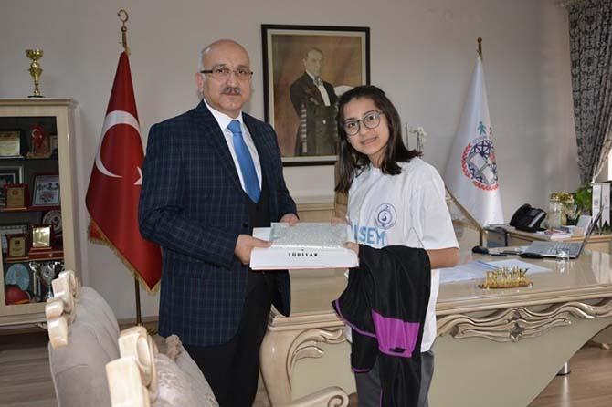 Milli Eğitim Müdürü Büyük'ten Tübitak bölge birincisi Çoban'a ödül