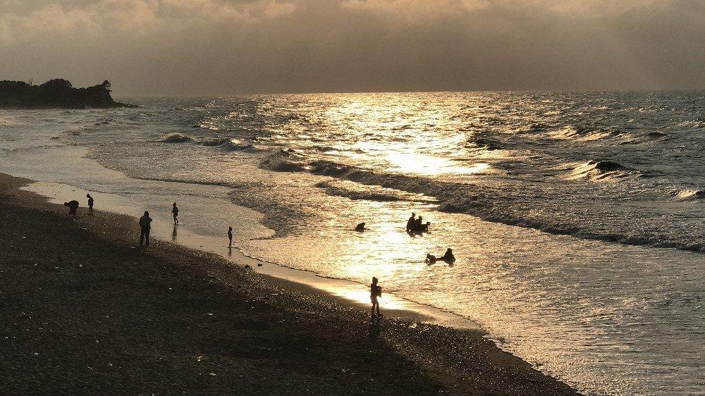Batı Karadeniz'de dev dalgalar sahilleri dövüyor