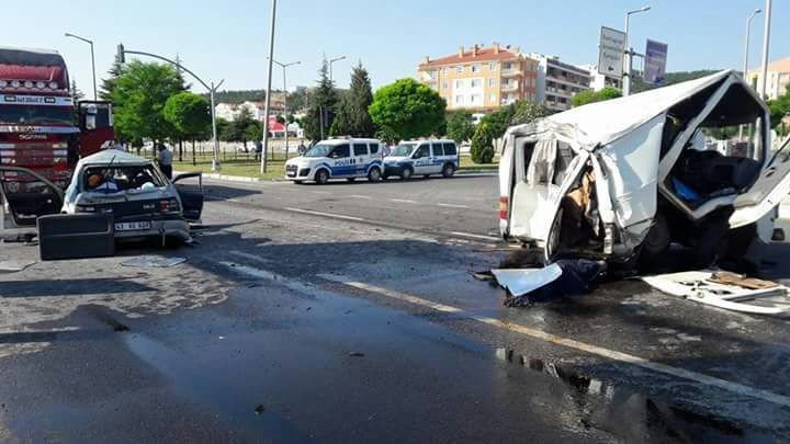 Sebze yüklü kamyon ışıkta bekleyen araçlara çarptı: 1 ölü, 5 yaralı