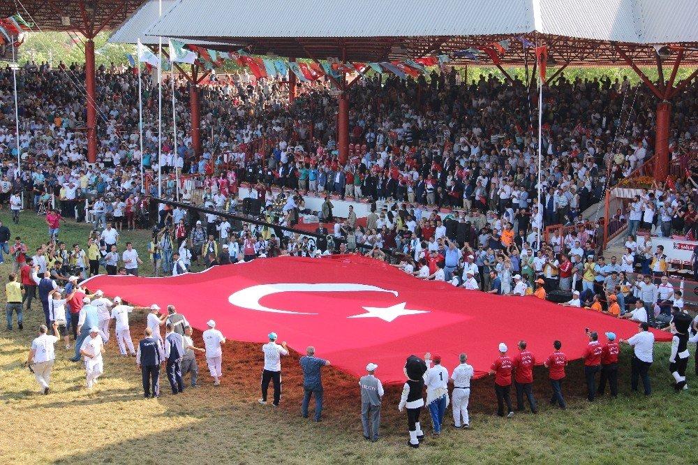 Kırkpınar'da dev Türk bayrağı şehitler için açıldı