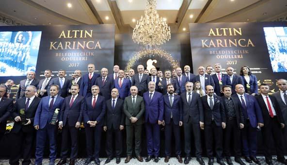 """Tuzla Belediye Başkanı Şadi Yazıcı, """"Gönül Hanem"""" ile Altın Karınca ödülünü kazandı."""